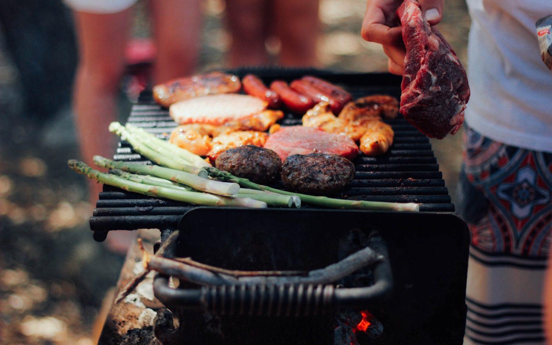 Lekker barbecueën in de zon met collega's van het werk