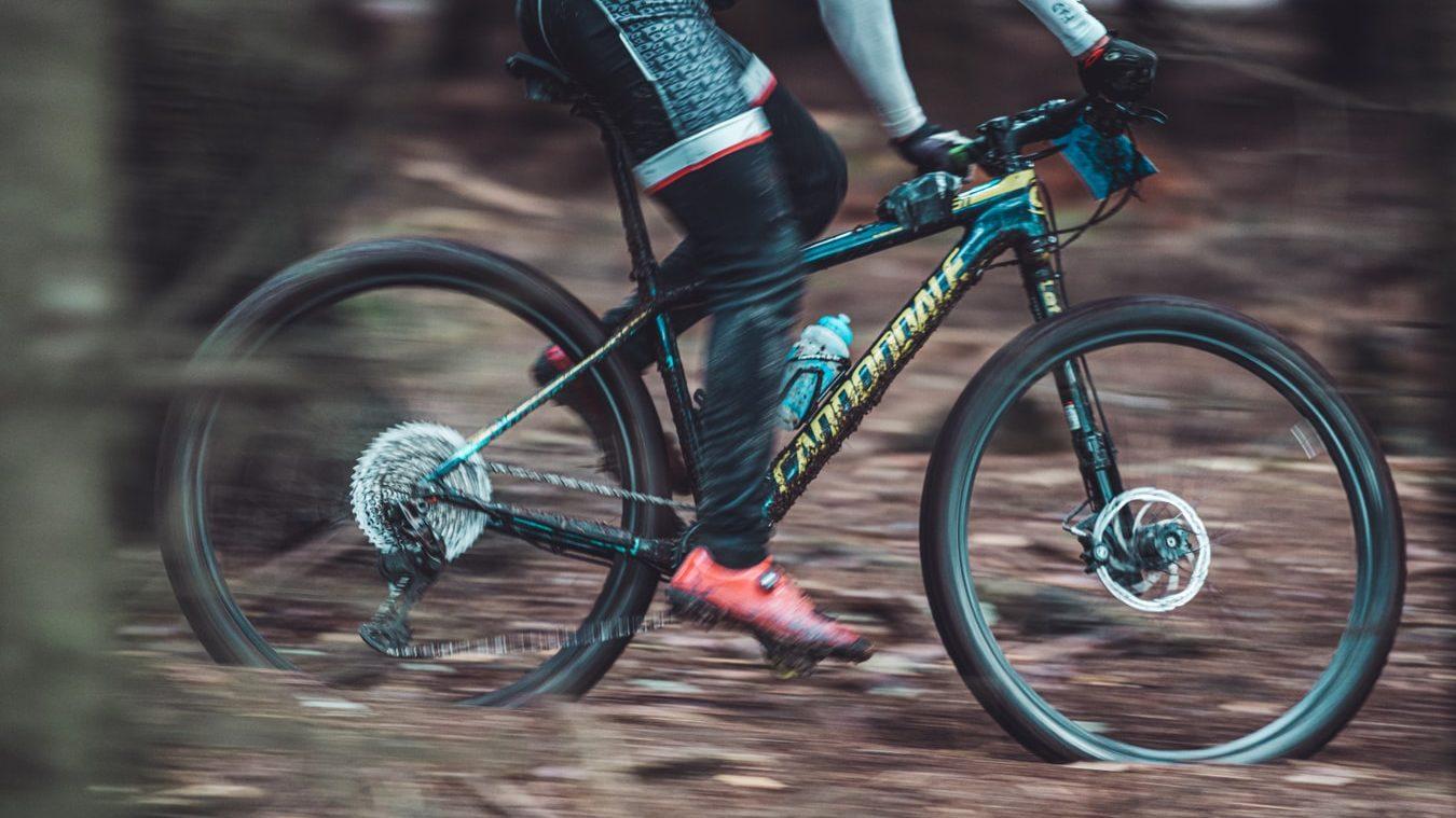 Mountainbike sporten in de buitenlucht