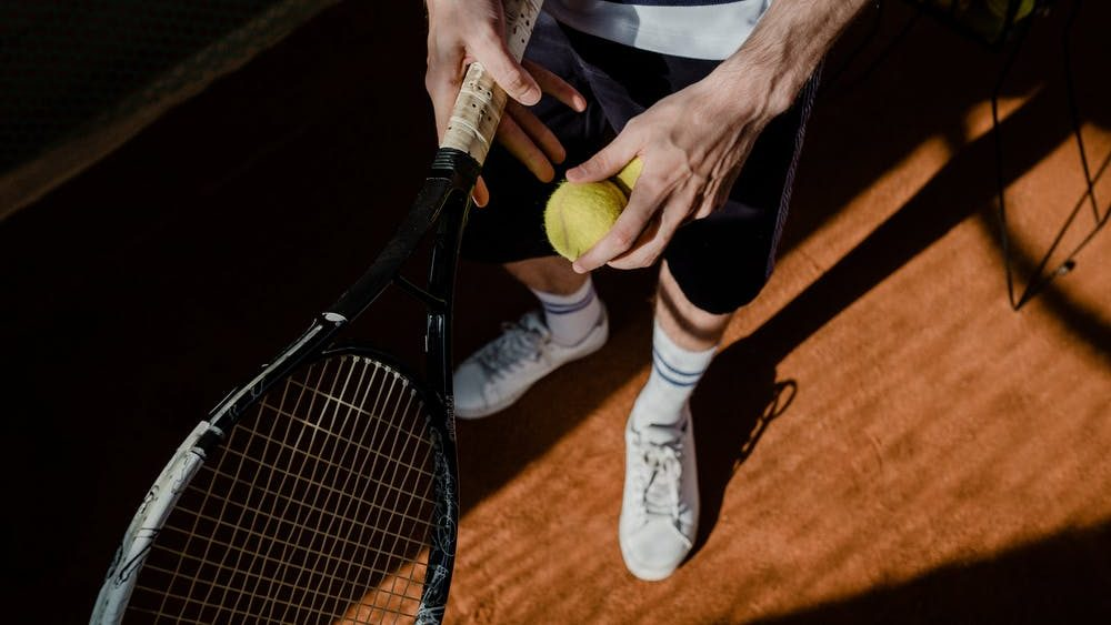 Tennis sporten in de buitenlucht