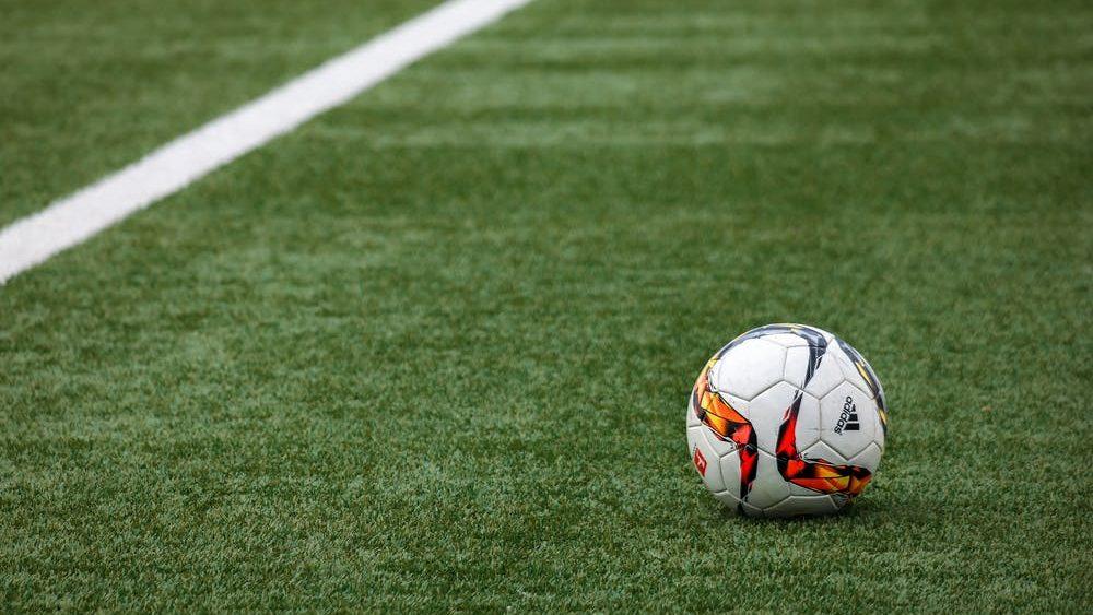 Voetbal sporten in de buitenlucht