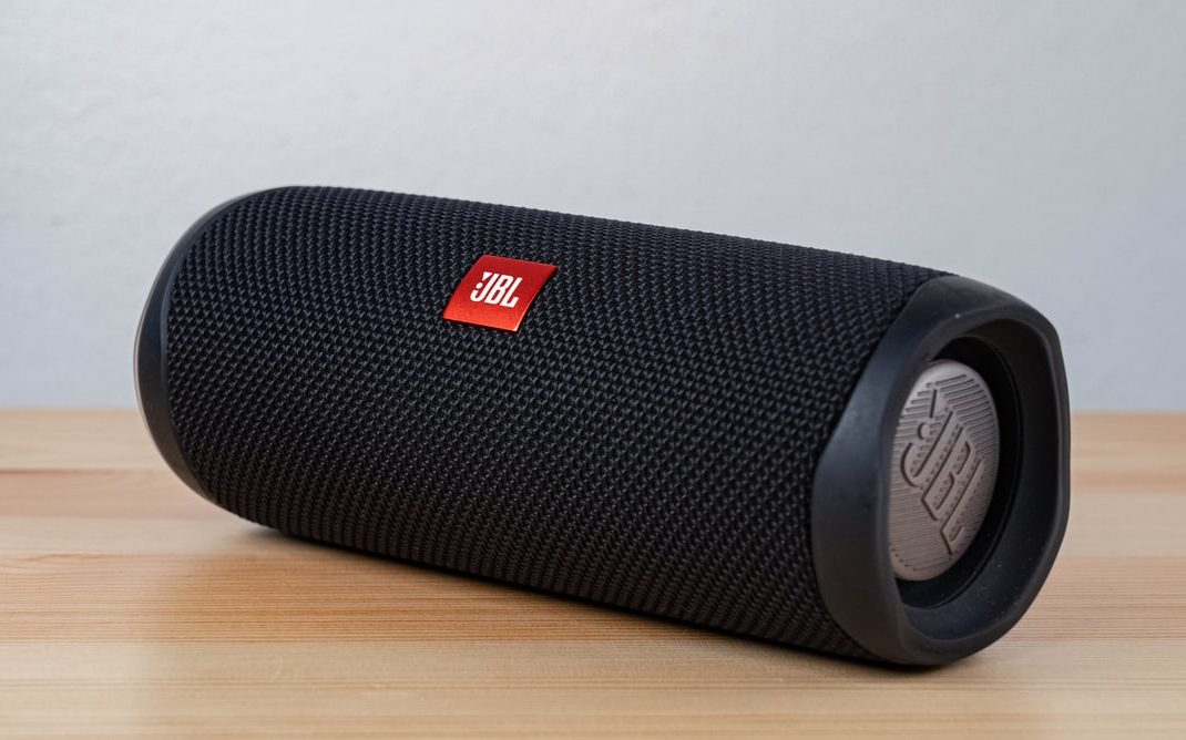 JBL bluetooth speaker op eettafel in huis