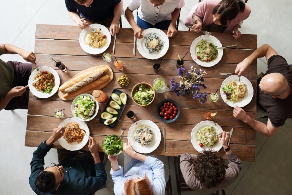 Met de hele familie aan een uitschuifbare eettafel